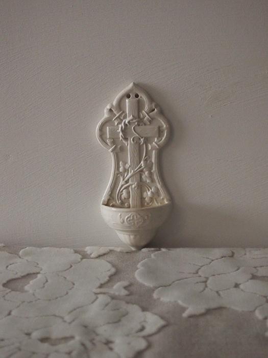 古い白磁の聖水盤