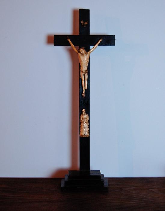 木と骨でできた十字架