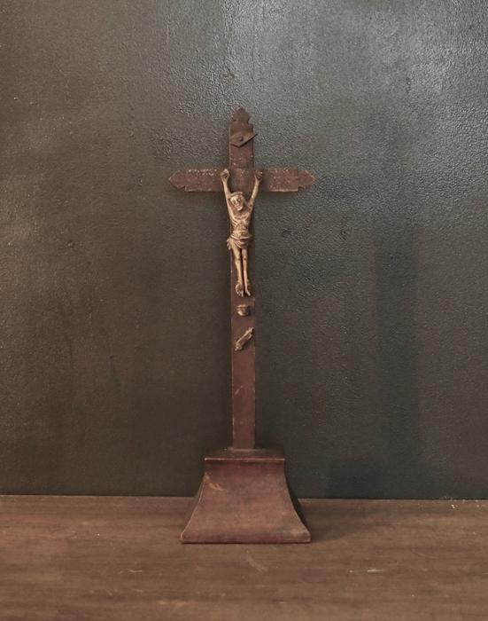 木と骨でできた十字架 2