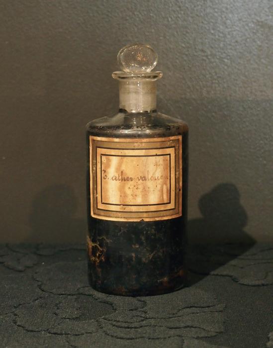 古い褐色のラベルのガラスビン 1