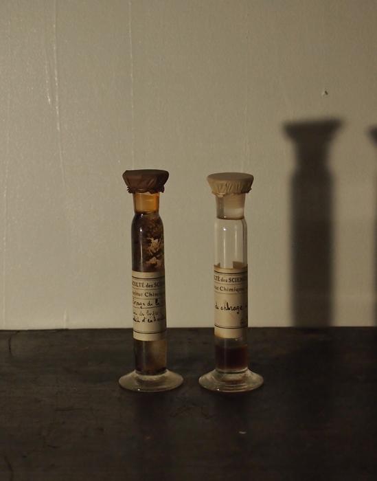研究所のビン 2本