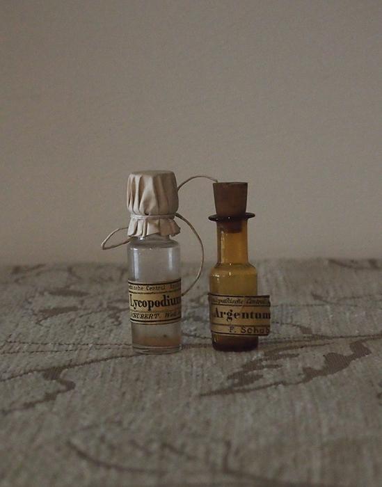 小さなガラス瓶 2本