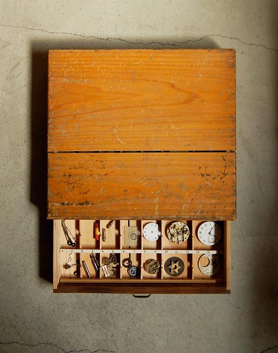 木箱入りの古い時計パーツ 3