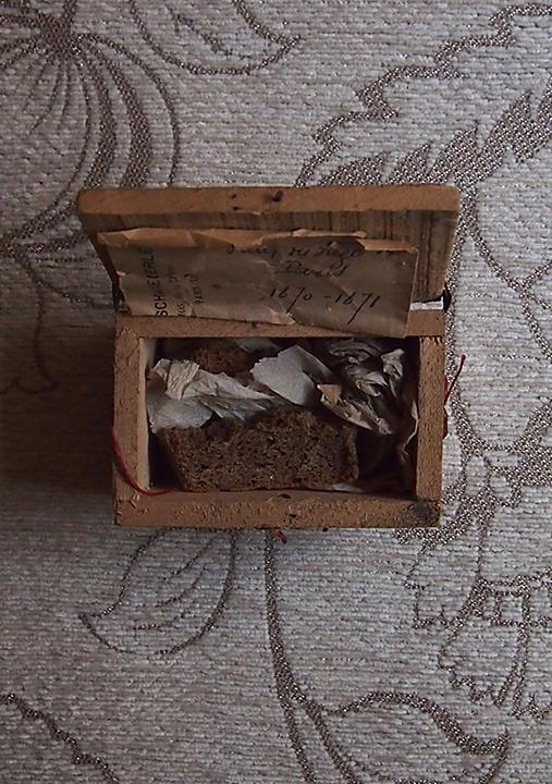 パンの入った木の箱