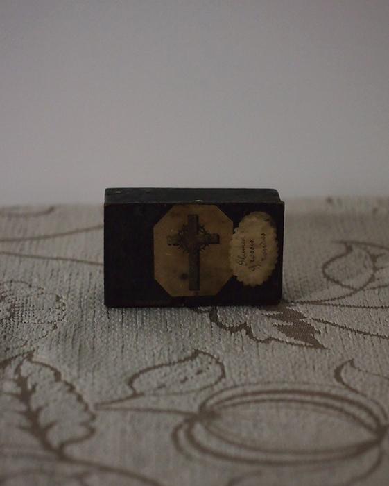 黒い木の箱