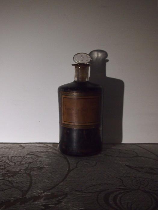 古い褐色のラベルのガラスビン 2