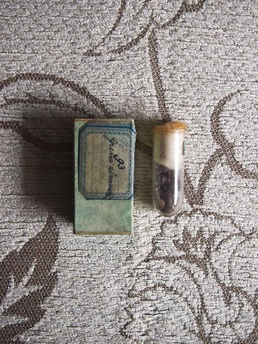 古い鉱物の標本 7 Grenat almandin
