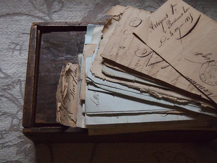 木箱に入った手紙の束