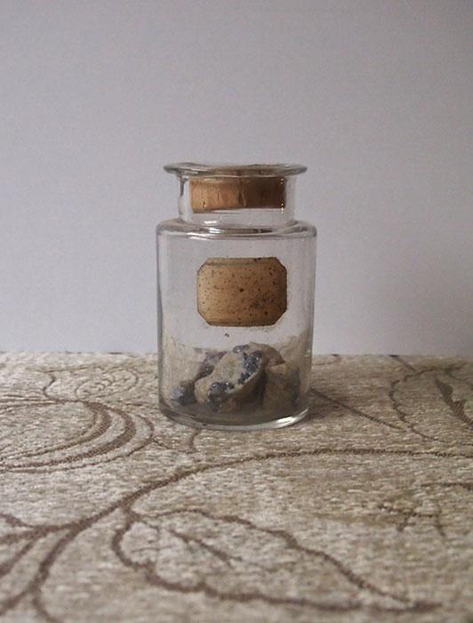 鉱物が入った古い瓶