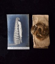 ポストカードと髪の毛が包まれた紙包み