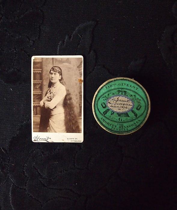 髪の毛が入った紙箱と古写真