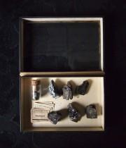 標本箱入り黒い鉱物セット