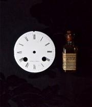 時計の文字盤とガラス瓶