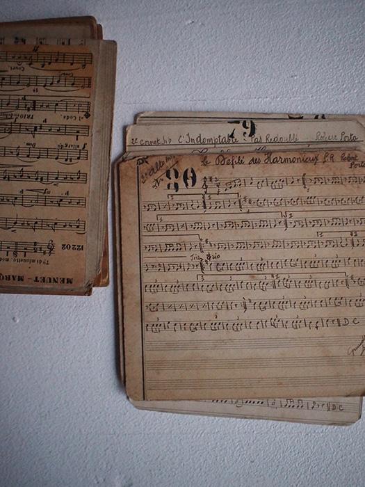 古い楽譜の束