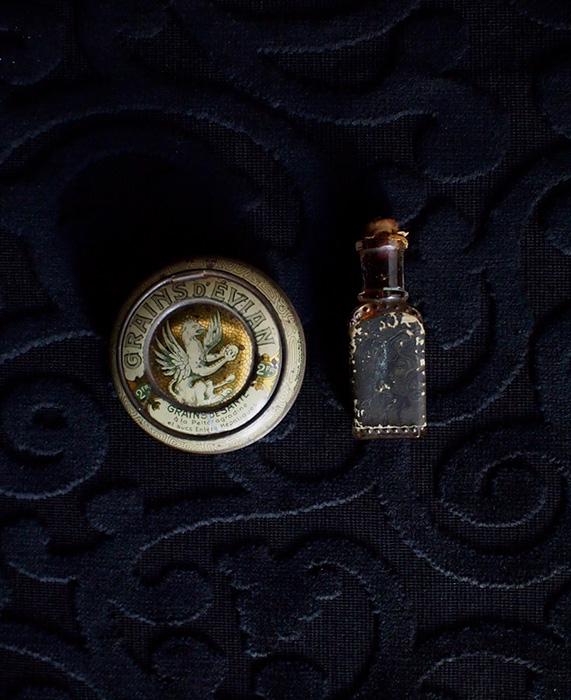 アンヴァンテール グリフォンの缶と黒い香水瓶