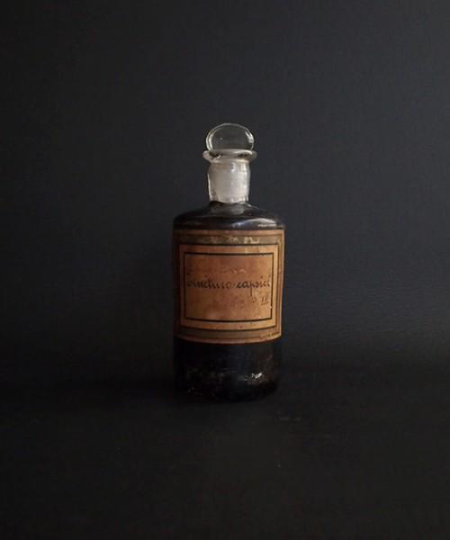 黒く塗られたの薬瓶  capsici