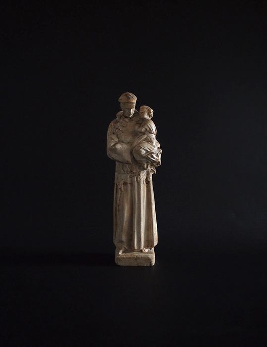 幼子イエスを抱く神父像