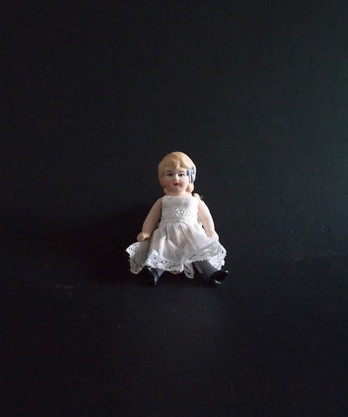 アンヴァンテール   白いドレスのビスク・ドール