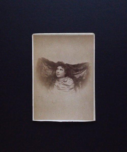 アンヴァンテール ロングヘアーの女優の肖像写真 3枚