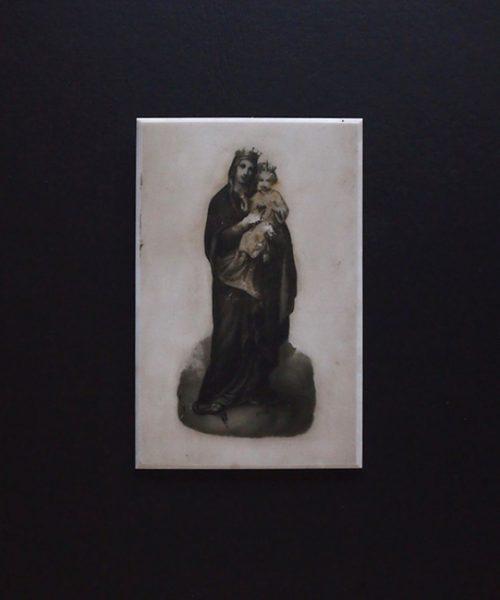 ガラスに描かれた聖母子像