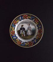 Creil  人形を持つ男性と女性の彩色皿