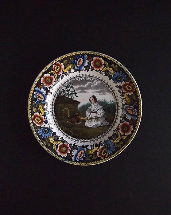 Creil  うさぎと戯れる女性の彩色皿
