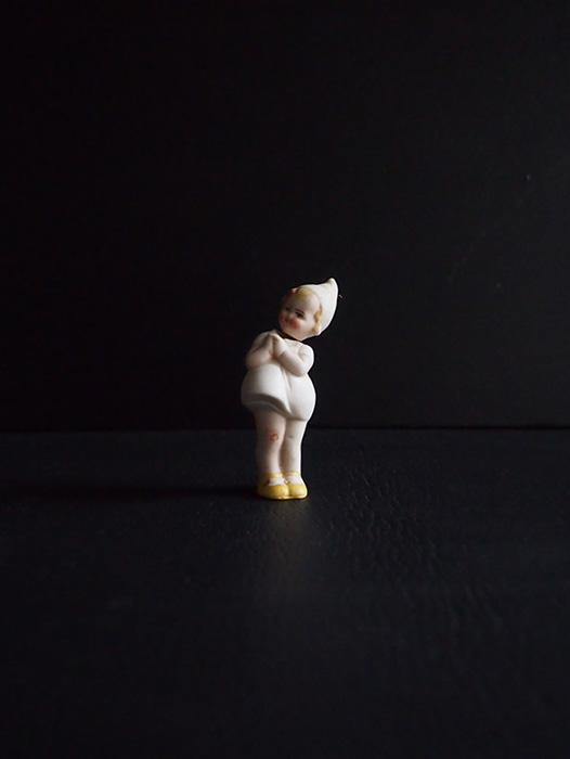 白い服を着たビスク・ドール B