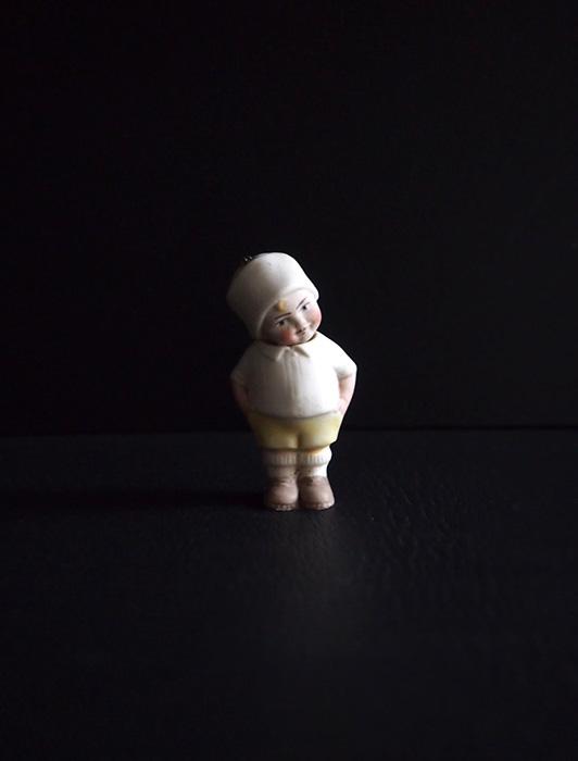 白い服を着たビスク・ドール C
