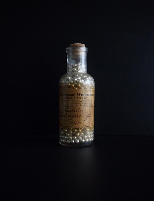 錠剤の入った古い薬瓶 B