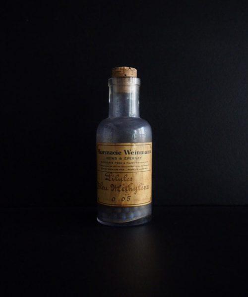 錠剤の入った古い薬瓶 C