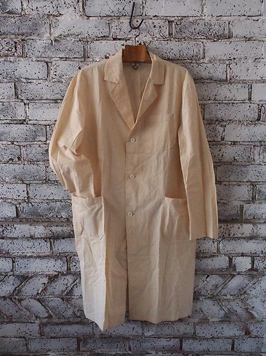 オフホワイトのアトリエ・コート