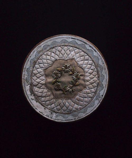アンヴァンテール 花刺繍の金縁紙箱