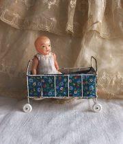 poussette et bébé poupée