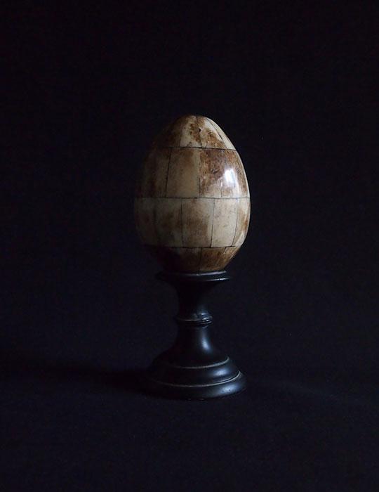 動物の角で出来た疑似卵 ベース付き