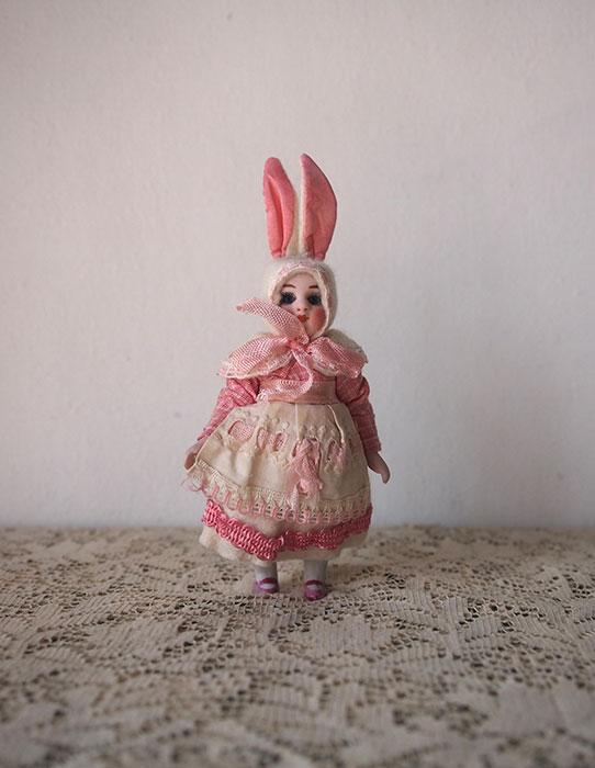 ウサギの着ぐるみビスク・ドール  B