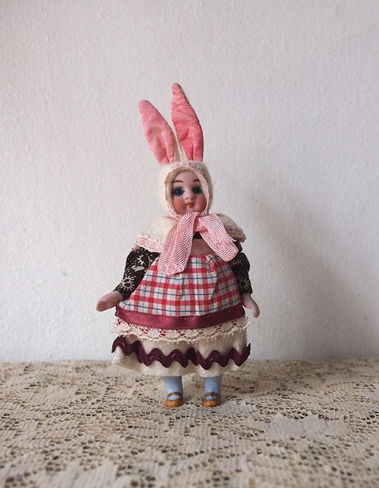 ウサギの着ぐるみビスク・ドール C