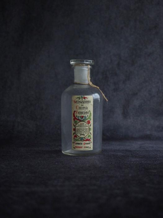 装飾的なラベルの薬瓶 C