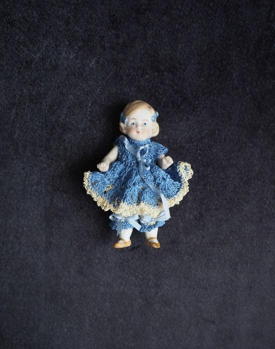 ブルーの服のビスク・ドール fille
