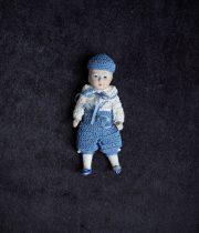 ブルーの服のビスク・ドール garçon