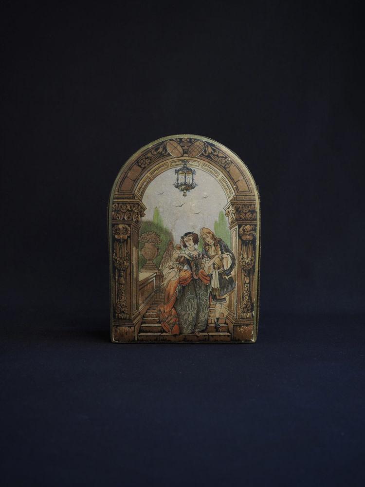 貴族の絵柄の紙箱