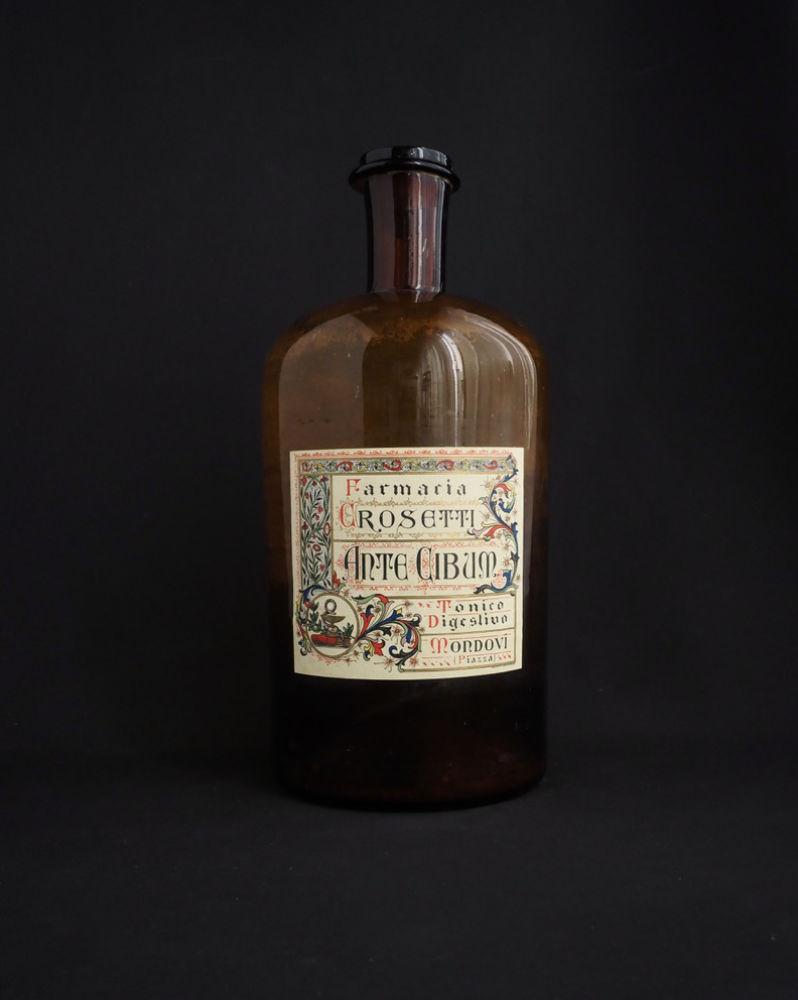装飾的なラベルの薬瓶 D